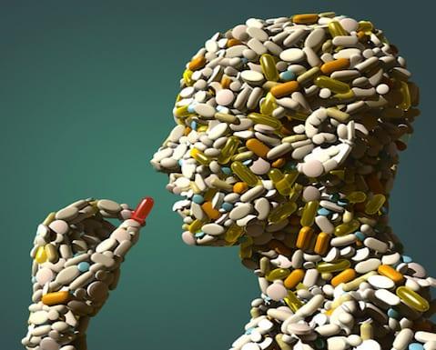 ¿Se puede mezclar alcohol y medicamentos?